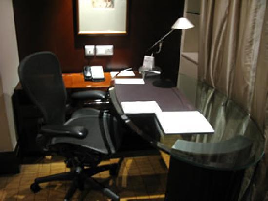 เดอะเวสตินบันด์เซนเตอร์ เซี่ยงไฮ้: ガラス板のデスク。ここだけ、完全なるオフィス・スペース。