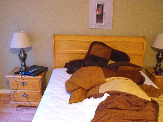 The Stonewater Motel : sorry bed wasnt made but comfy