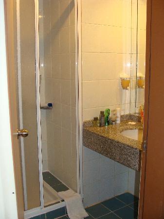 Pegasos World Hotel: ugly bathroom