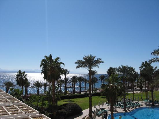 Eilat Princess Hotel : Blick von der Suite über den Pool Richtung Rotes Meer in Richtung Syrien