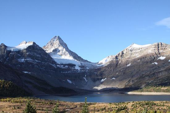 Assiniboine Lodge: ナブレットへの登山中ワンダー・パスとアシニボイン・ロッジの眺め