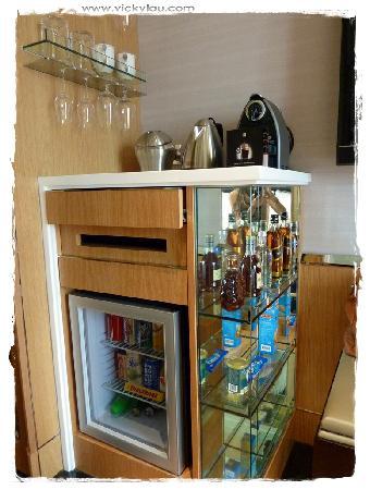 Hotel Eclat Taipei: minibar and coffee machine