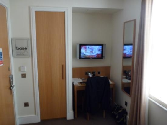 เบส2สเตย์เคนซิงตัน: TV, Desk, Wardrobe