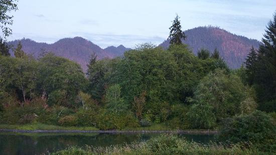 Quinault River Inn: The setting sun reflected on the mountains