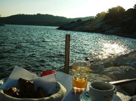 Hotel & Residence Les Medes : Petit déjeuner sur le port au bord de l'eau