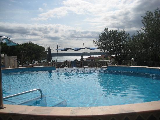 Hotel Tomi: piscine & vue