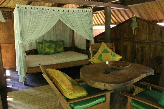 Pondok Sari Beach Bungalow Resort & Spa : upstairs lounge area