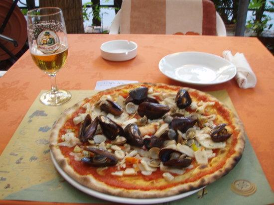 Griglia d'Oro: Seafood pizza at Gioglio d'Oro