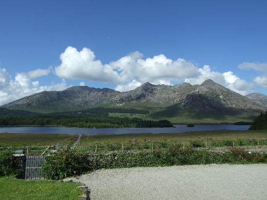 Lough Inagh Lodge: Yes, it's really right by the lake.