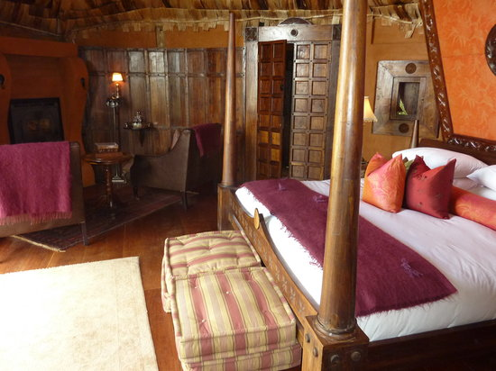 andBeyond Ngorongoro Crater Lodge: The bed and room