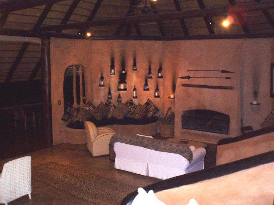 Garonga Safari Camp: Fireplace in the main Lodge, cosy and warm