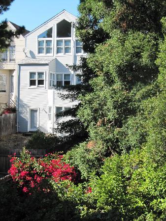 Castillo Inn: Vue du jardin de la chambre