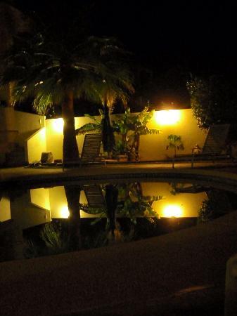 Casa La Vida: Evening by the pool