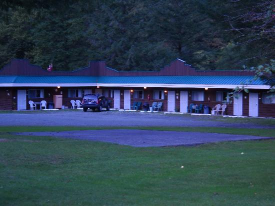 Totem Trail Motel: View from the road