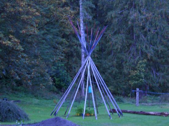 Totem Trail Motel: Courtyard
