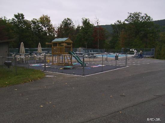 Ski Side Village: nice pool and play area