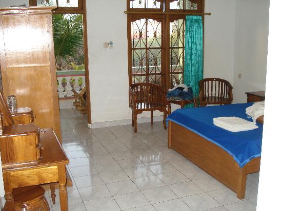 Hotel Lusa: US$17のダブル エアコンなし、お湯なし ベランダ付きで広い