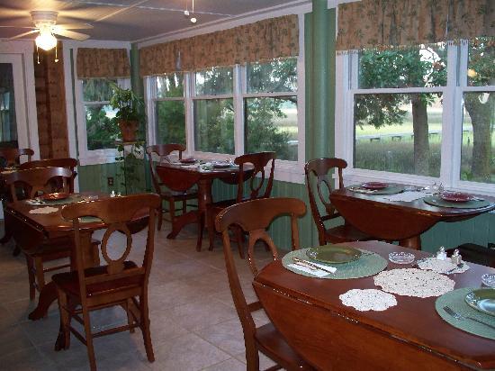Plantation Oaks Inn: Charming Breakfast Area
