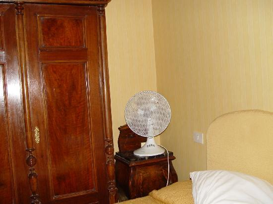 La Maison Royale: No Air Conditioner In The Room