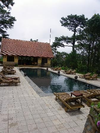 Ana Mandara Villas Dalat Resort & Spa: pool..where they do yoga in the mornings