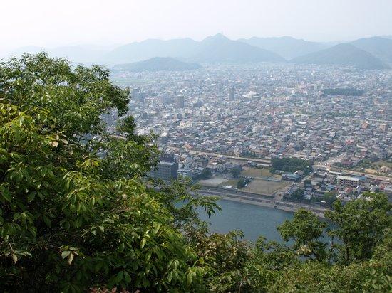 Джифу, Япония: 登山道から眼下の長良川と岐阜市街