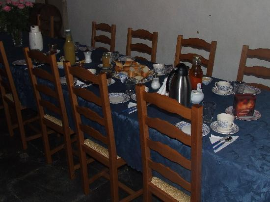 La Ferme Manoir Saint Barthelemy: La table du petit déjeuner