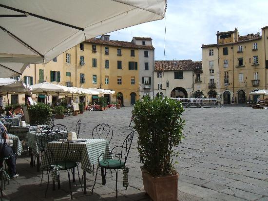 Hotel Melecchi: Amphitheatre piazza