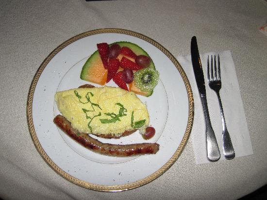 PineCrest Inn: Omelette and sausage