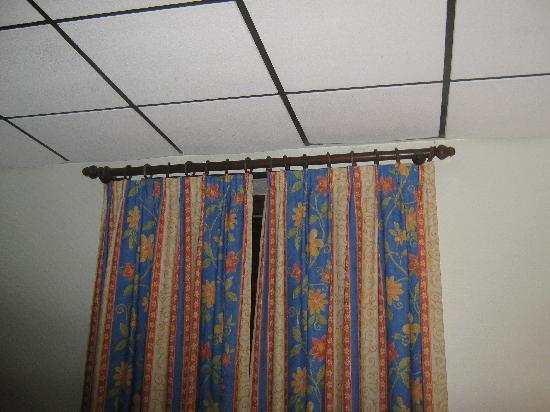Les Jardins de Bakea : Faux plafond...Je me demande toujours ce qu'il y a au-dessus...