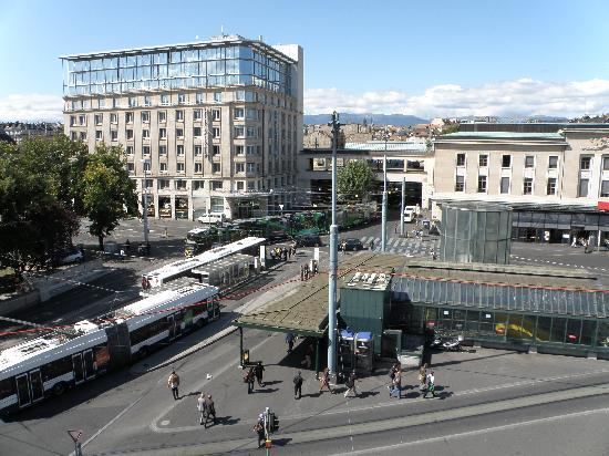 Suisse Hotel: View from the window- train station(main entrance)  to the right hand side