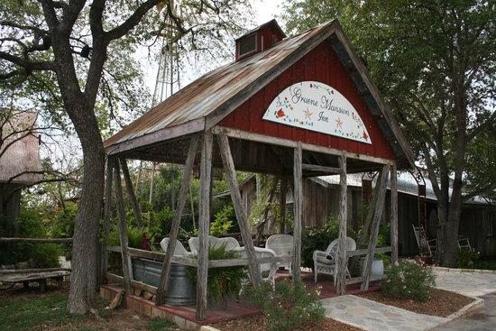 Gruene River Grill: Next to Gruene Mansion