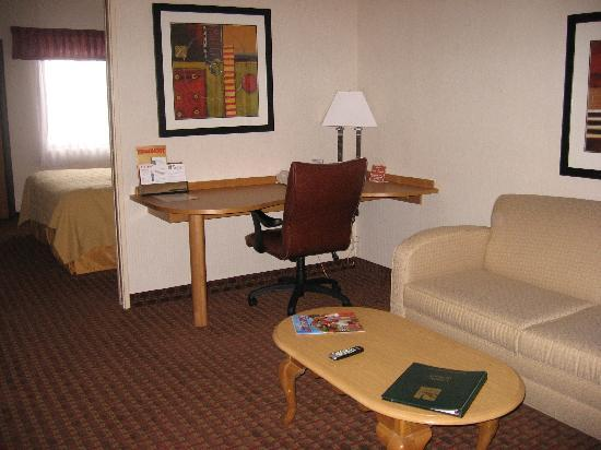 Quality Suites Hotel: living area