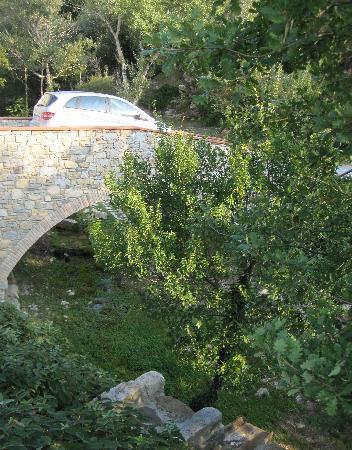Hotel Le Pozze di Lecchi : leaving hotel over bridge