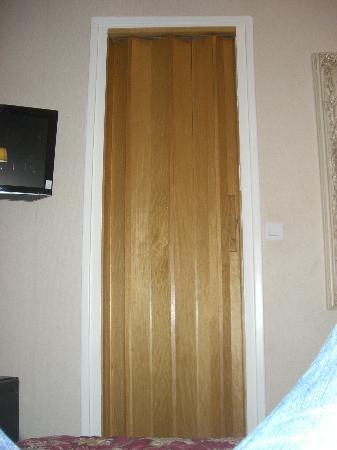 GOLDEN HOTEL PARIS : porta a soffietto chiusa