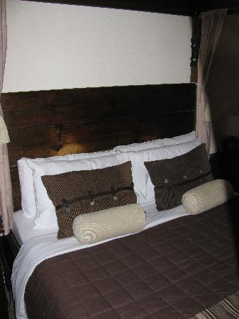 Hillcrest Guesthouse: Four poster bed