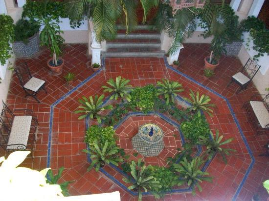 พิพิธภัณฑ์ปราสาทเซอร์แรลส์: Indoors Fountain and Garden