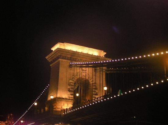 Sofitel Budapest Chain Bridge: Ponte Carlos em frente ao hotel