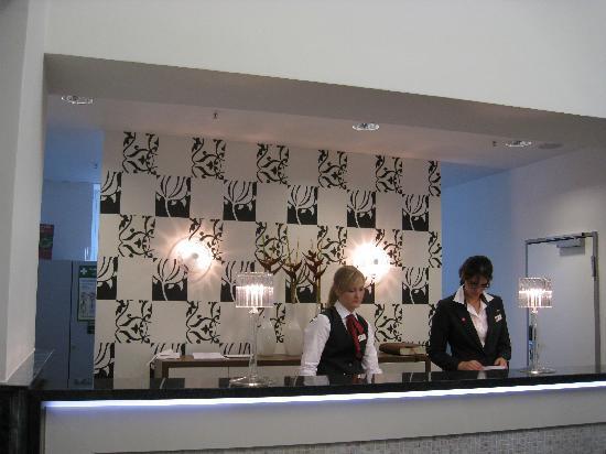 Leonardo Royal Hotel Berlin Alexanderplatz: The Front Desk