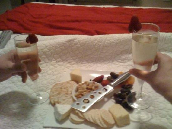 Chaucer Palms Boutique Bed & Breakfast: Complimentary cheese platter