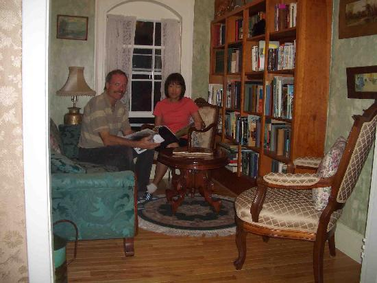 Heritage Home Bed and Breakfast: Relax in the library sitting room