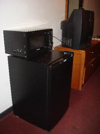 Knights Inn Racine: Small Microwave and Fridge were appreciated.
