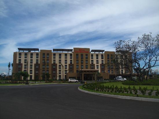 Hilton Garden Inn Liberia Airport: facade and entry road