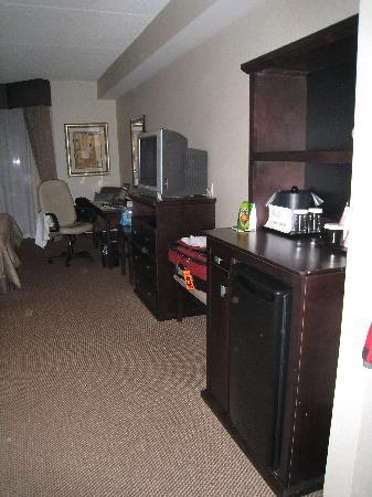 Admiral Inn & Suites: View of the room from the room entrance