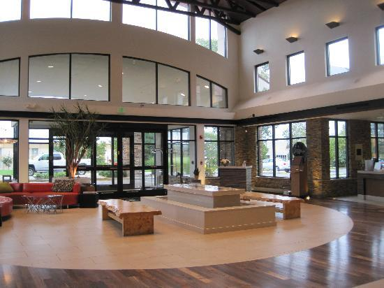 Embassy Suites by Hilton Detroit Metro Airport : Beautiful Lobby