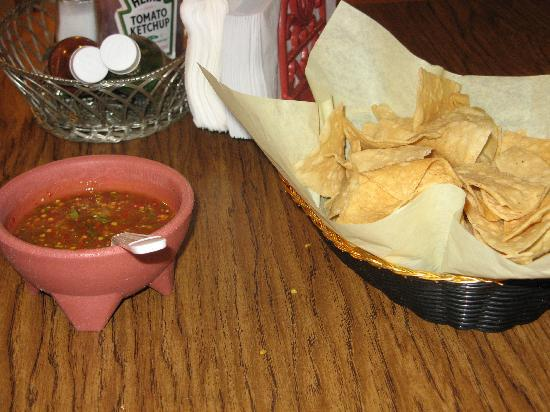 Los Molcajetes : Chips and salsa