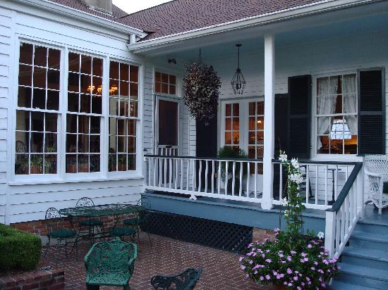 Historic Oak Hill Inn : back porch