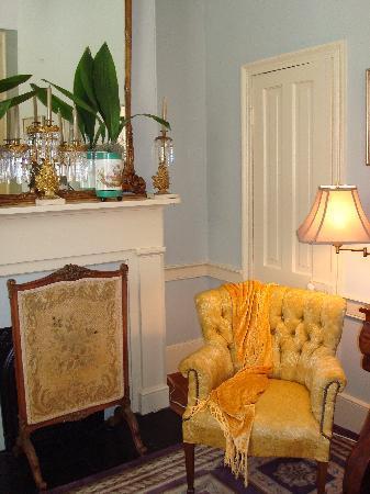 Historic Oak Hill Inn : fireplace in the bedroom