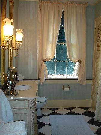Historic Oak Hill Inn : bathroom!