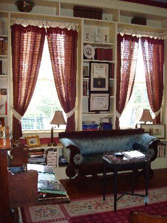 Historic Oak Hill Inn : library