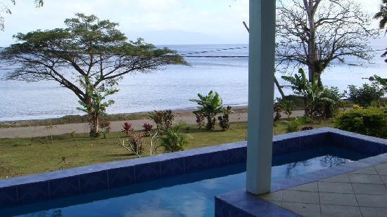 Daku Resort: Villa pool to beach